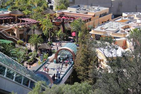 venganza: Los �ngeles, California, EE.UU. - 12 de marzo de 2015: Paisaje del lote inferior de Universal Studios Hollywood, que ofrece tres emocionantes atracciones - Parque Jur�sico, La Venganza de la Momia y Transformers. Editorial