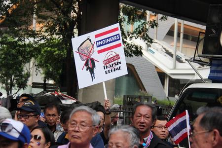 reforming: Bangkok, Tailandia - 01 de enero 2014: Blanco Grupo Collar re�nen para protestar contra el gobierno y promover la campa�a de reformar el pa�s antes de las elecciones.