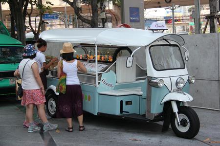 태국 방콕 2015년 4월 16일 : 관광객 플래티넘 패션 몰 근처에 음식 트럭 주차장에서 아이스크림을 사고있다.