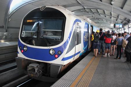 treno espresso: Bangkok Thailand 28 apr 2015: L'aeroporto di Rail Link è una guida esplicita e pendolari il collegamento dall'aeroporto Suvarnabhumi a Bangkok centrale con 8 stazioni. Editoriali