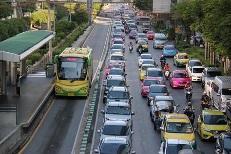 태국 방콕 2015년 4월 28일 : 방콕 BRT 방콕에서 버스 고속 수송 시스템입니다. 그것은도 그 블록 트래픽의 중심에 전용 버스 전용차로 실행하고 지역 교통 에디토리얼