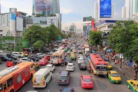 バンコク、タイ - 2015 年 5 月 7 日: ラチャプラソンは交差点とタイ ・ バンコクの中心部のショッピング地区。 報道画像