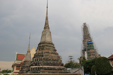 wat pho: Wat Arun or Temple of Dawn is Thailands landmark known for the first light of the morning reflecting off the surface of the temple with pearly iridescence.