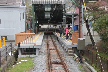 箱根、日本 - 2015 年 4 月 9 日: 強羅駅箱根登山ケーブルカー、箱根の急斜面を難なくレース ケーブルカー。
