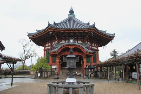 octogonal: Nara, Japón - 10 de abril 2015: Octagonal Hall en Kofukuji, uno de los ocho Monumentos históricos de la antigua Nara inscritos en la Lista del Patrimonio Mundial de la UNESCO. Editorial