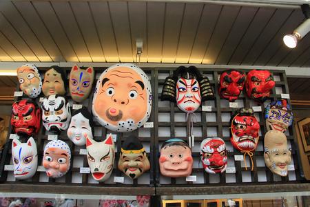 東京、日本 - 2015 年 4 月 12 日: 和風マスクは仲見世通り、日本で最も古いショッピング街の 1 つで販売しています。