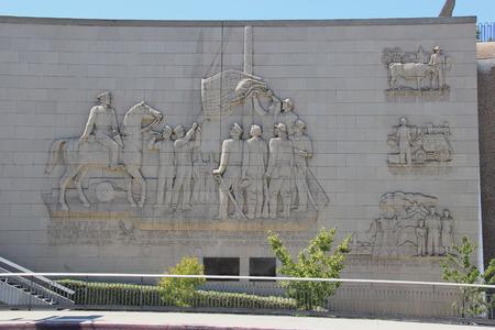 batallon: Los �ngeles, California, EE.UU. - 14 de agosto de 2015: Fort Moore Pioneer Memorial, el mayor monumento militar bajo relieve en los EE.UU., honra el Batall�n Morm�n, los EE.UU. 1� Dragones, y los Voluntarios de Nueva York que iz� la bandera americana sobre la para