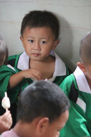 arme kinder: Kanchanaburi, Thailand - 21. Juli 2013: Arme Kinder genie�en es, Eis, nachdem die Menschen spenden sie Nahrung. Editorial
