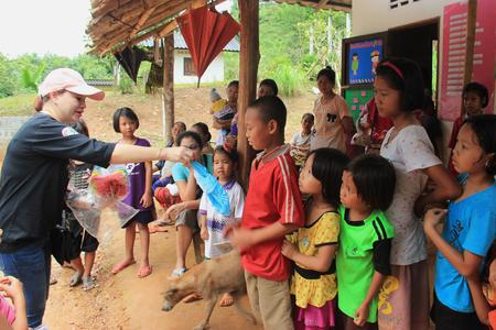 Kanchanaburi, Thailand - 21 juli 2013: Arme kinderen line-up te krijgen geschonken voeders van vrijwilligers. Redactioneel