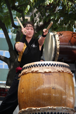 in japanese: Los Angeles, California, USA - August 16, 2015: Japaneses are performing Japanese percussion instruments at Nisei Week Japanese Festival in Little Tokyo, Los Angeles. Editorial
