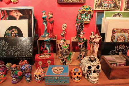 traje mexicano: San Diego, California, EE.UU. - 25 de mayo, 2015: La mercadería vendida en Old Town San Diego están decoradas con el tema de fantasmas, ya que es famoso por las casas encantadas y fantasmas historias. Editorial