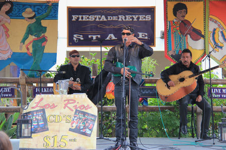 fiesta popular: San Diego, California, USA - May 25, 2015: Fiesta de Reyes, the commercial area located at Old Town San Diego State Historic Park, consists of 19 locally owned specialty shops, 3 restaurants and a 10-room boutique hotel. Editorial