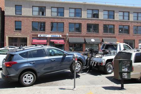 로스 앤젤레스, 캘리포니아, 미국 -2006 년 8 월 16 일 : 경찰 차량 주차 위반에 대 한 거리 옆에 주차 멀리 떨어져 견인하고있다.
