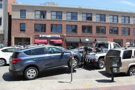 violaci�n: Los �ngeles, California, EE.UU. - 16 de agosto de 2015: La polic�a est� remolcando distancia veh�culos estacionados al lado de la calle para el estacionamiento de violaci�n.