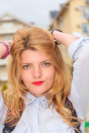 estilo urbano: Retrato de joven bella mujer en estilo urbano