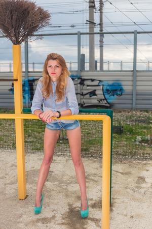 estilo urbano: Mujer hermosa joven en pantalones cortos estilo urbano