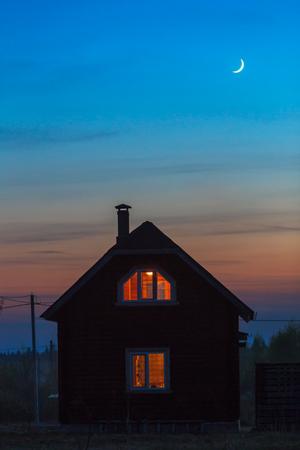 Houten huis exterieur met lichten nachtzicht