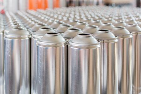 生産する準備ができている行の錫の空チューブ 写真素材 - 45460457