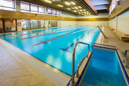MOSCOW REGIO, RUSLAND - FEBRUARI 03, 2015: interieur van openbaar zwembad Redactioneel