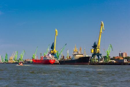 Klaipeda, Litouwen - 12 augustus 2015: Klaipeda zeehaven met vrachtschepen en kranen