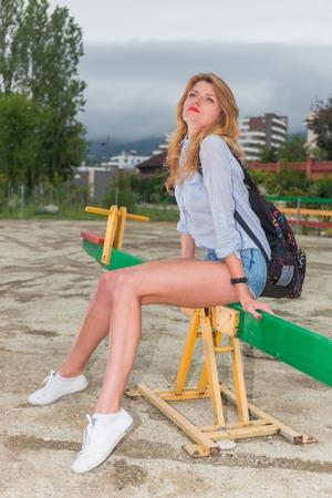 estilo urbano: Retrato de joven bella mujer pantalones cortos estilo urbano