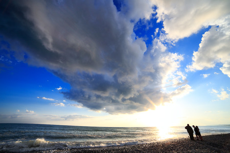 atmosfera: Las nubes sobre la atmósfera del sol vista del mar Foto de archivo