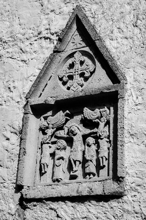 soumis: Soumis évangélique médiévales bas-relief sur le mur de l'ancienne église