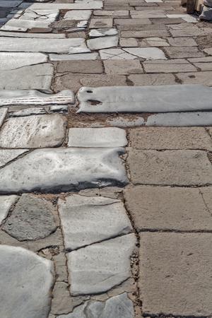 empedrado: carretera pavimentada de edad, con placas de piedra natural de Éfeso Foto de archivo