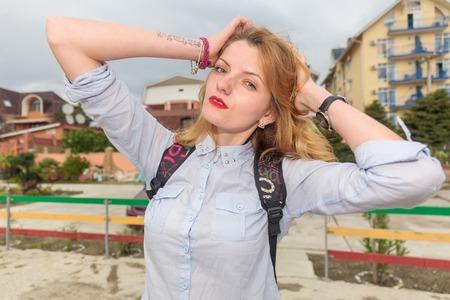 urban style: Mujer hermosa joven con estilo urbano mochila Foto de archivo