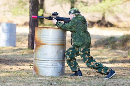 Jongen met een pistool spelen lazer tag open lucht Stockfoto