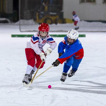 ni�o en patines: RUSIA, ARKHANGELSK - 14 de diciembre de 2014: Liga de hockey bandy 1-st etapa infantil, Rusia
