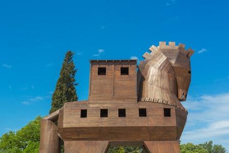 cavallo di troia: TRUVA, TURCHIA - 29 Aprile 2015: scultura lignea moderna del cavallo di Troia sul luogo di antichi Troia