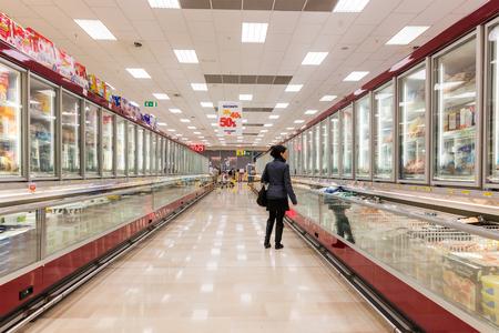 exposición: ITALIA, MILÁN - 11 DE MAYO DE 2016: Consumidores en la tienda Lidl. Lidl es una cadena mundial de supermercados de descuento