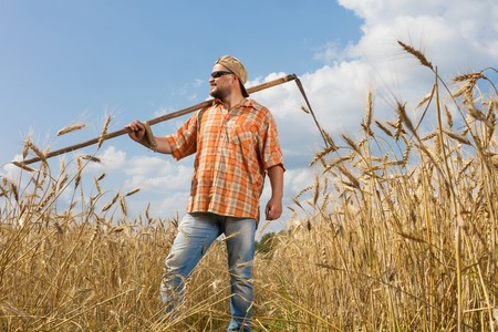guadaña: agricultor moderno con la guadaña