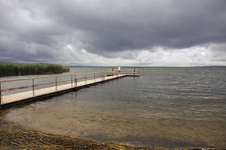 Dramatisch landschap met houten pier en vissers
