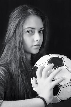 Monochroom portret van jong mooi meisje met voetbal