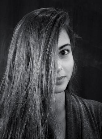 Monochroom portret van jong mooi meisje