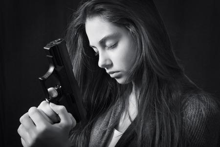 Monochroom close-up emotionele portret van jong mooi meisje