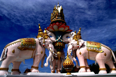 pink elephant: Pink Elephant statue near The Grand Palace in Bangkok, Thailand. The palace has been the official residence of the Kings of Siam since 1782