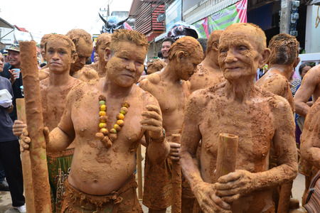 LOEI, THAILAND - 25 JUNI, 2017: Phi Ta Khon is een soort gemaskerde processie die wordt gevierd op de eerste dag van een driedaagse boeddhistische verdienste-vakantie die bekend staat in Thai als Boon Pra Wate Redactioneel