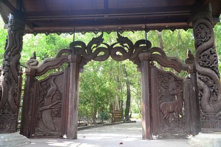 Phayao, Thailand – 21 December, 2019 : Carved wooden door in Wat Analyo Thipayaram, Phayao province, Thailand 新聞圖片
