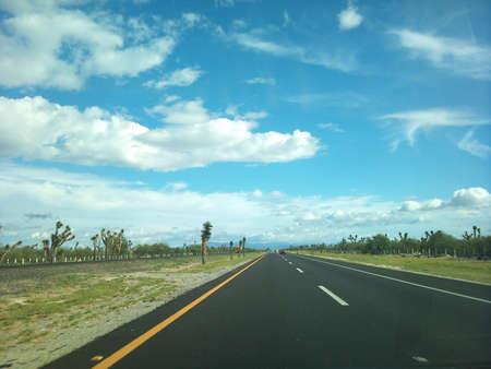 무한으로 이어지는 사막 도로 인 sinfn