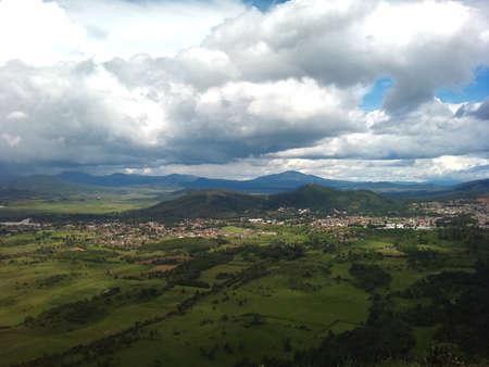 Panormica パツクアロ ミチョアカン州魔法町は、夏の曇りを与えます。 写真素材