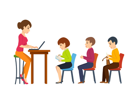 profesor alumno: El profesor joven, tiene dar una conferencia entre los estudiantes presentes en la audiencia. Foto de archivo