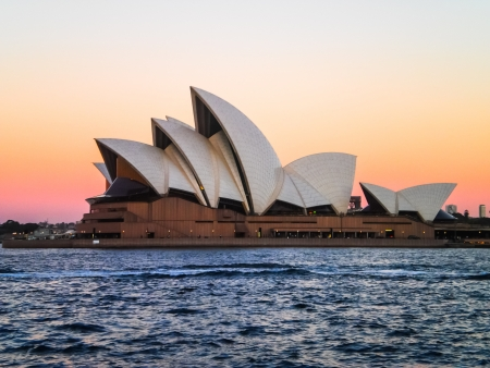 Sydney opera house with pink and yellow sky Editoriali