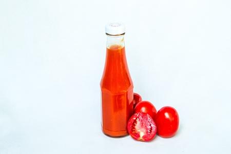 pareja comiendo: Una botella de salsa de tomate en el fondo blanco