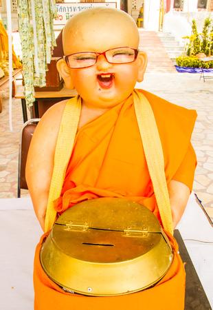 limosna: Limosnas mu�eca de la celebraci�n del principiante de monje taz�n.