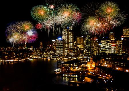 fuegos artificiales: fuegos artificiales celebración en la ciudad.