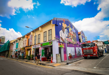 casa colonial: SINGAPUR-AUGUST 31: Fachada colorida de la construcción en Little India, Singapur el 31 de agosto de 2016. Little India es un barrio étnico en Singapur que tiene elementos y aspectos culturales tamil. Colorido concepto urbano