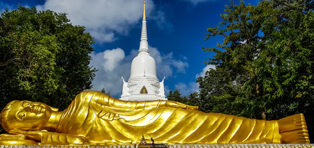 Reclining buddha statue in front of white pagoda at Koh Samui,Thailand. 新聞圖片